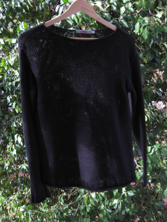 Schwarzer Pullover fotografiert von pink & green